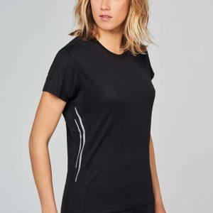 Dame in zwart slimfit sportshirt