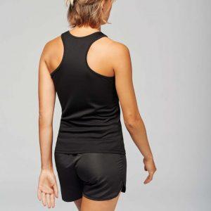 vrouw draagt tanktop zwart