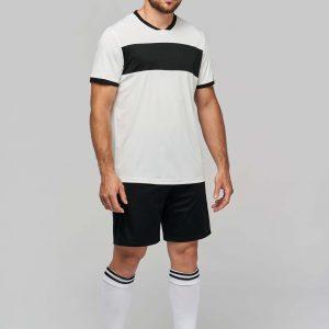 man draagt voetbal broekje