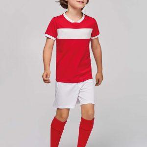 kind draagt sportbroekje