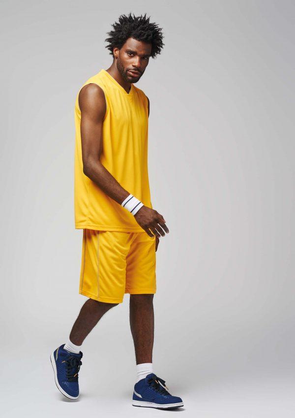 man draagt basketbal broekje