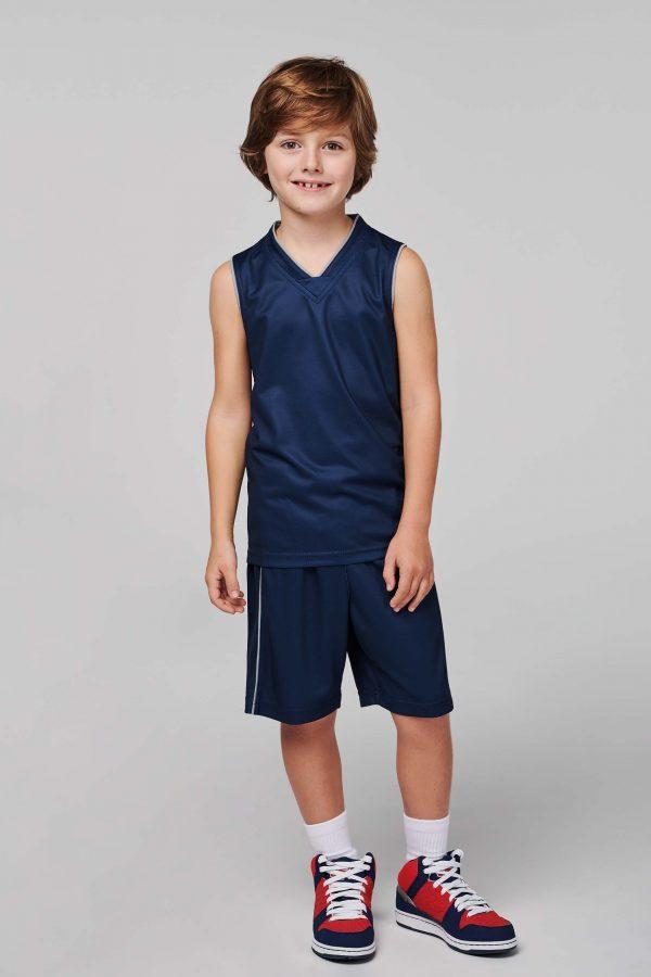 kind draagt basketbalshirt
