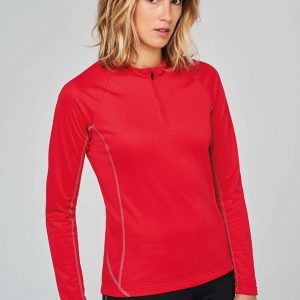 meisje in rood sportshirt
