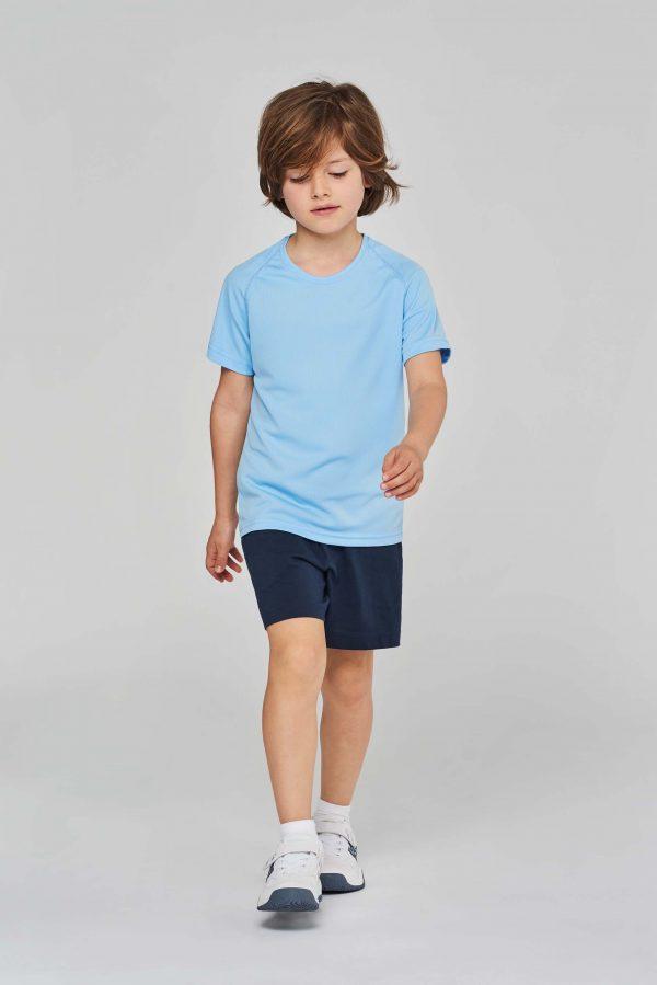 kind draagt sportshirt