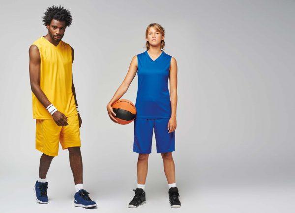 man draagt geel basketbal shirt