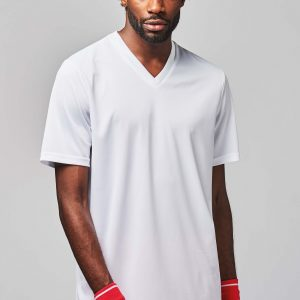 man draagt wit basketbal shirt